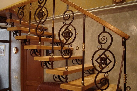 Кованая лестница с деревянными перилами Мари Арт. Л-009