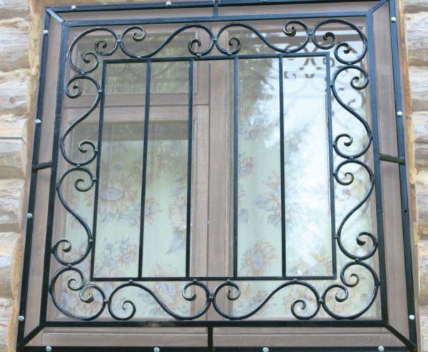Стильная кованая решетка на окно Арт. Р-011