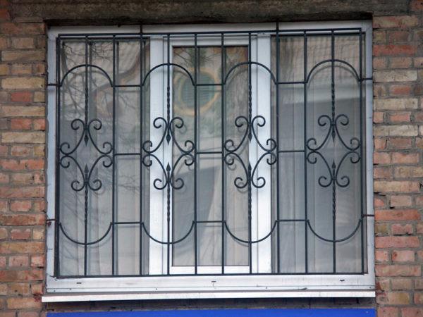 Классическая кованая решетка на окно Арт. Р-007