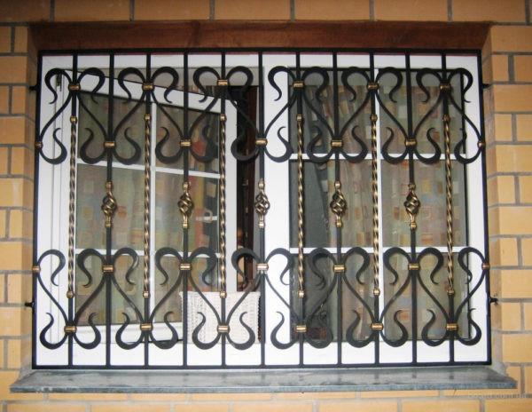Кованая решетка на двойное окно Арт. Р-002