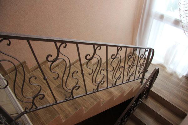Кованые перила для деревянной лестницы Арт.  П-002