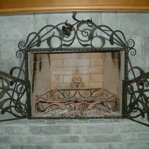 Кованый экран для камина с дверками Арт. КА-012
