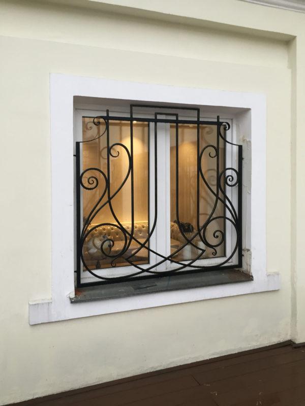 Художественная кованая решетка на окно Арт. Р-012