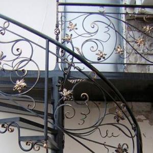 Кованая лестница с изогнутыми элементами Флора Арт.Л-014