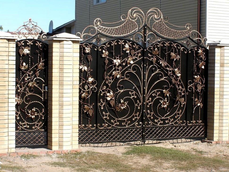 Кованые ворота с калиткой Необычные кованые ворота Коннор Арт. В-015 Norkovka